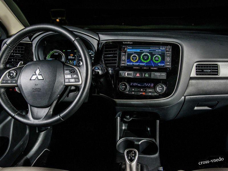 Mitsubishi Outlander PHEV приборная панель