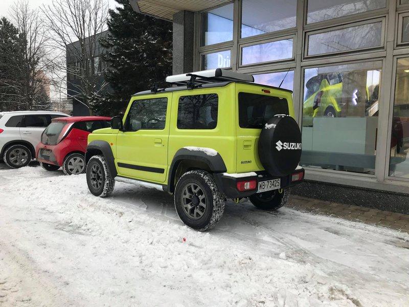 На фоне снежной улицы
